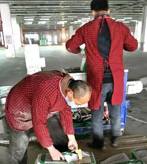 工人在处理原始基层-积佳施工团队